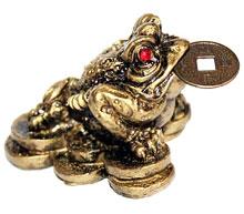 Трехлапая жаба с монеткой во рту: фен шуй
